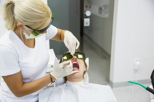 عصب کشی دندان با لیزر بدون درد و عوارض